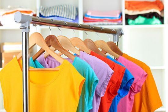 organizar guarda roupa cabides