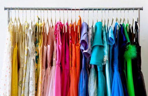 organizar guarda roupa por cor