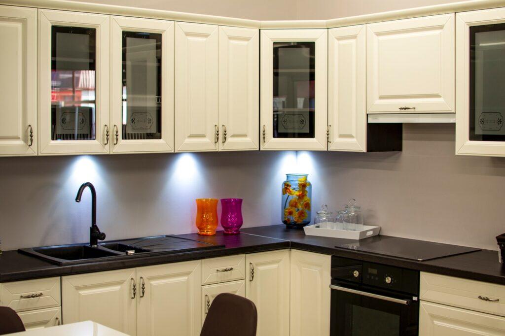 Como organizar armários de cozinha